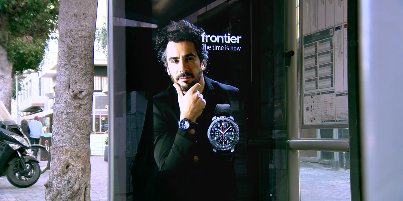 this watch ad came to life on a bus shelter to reveal it