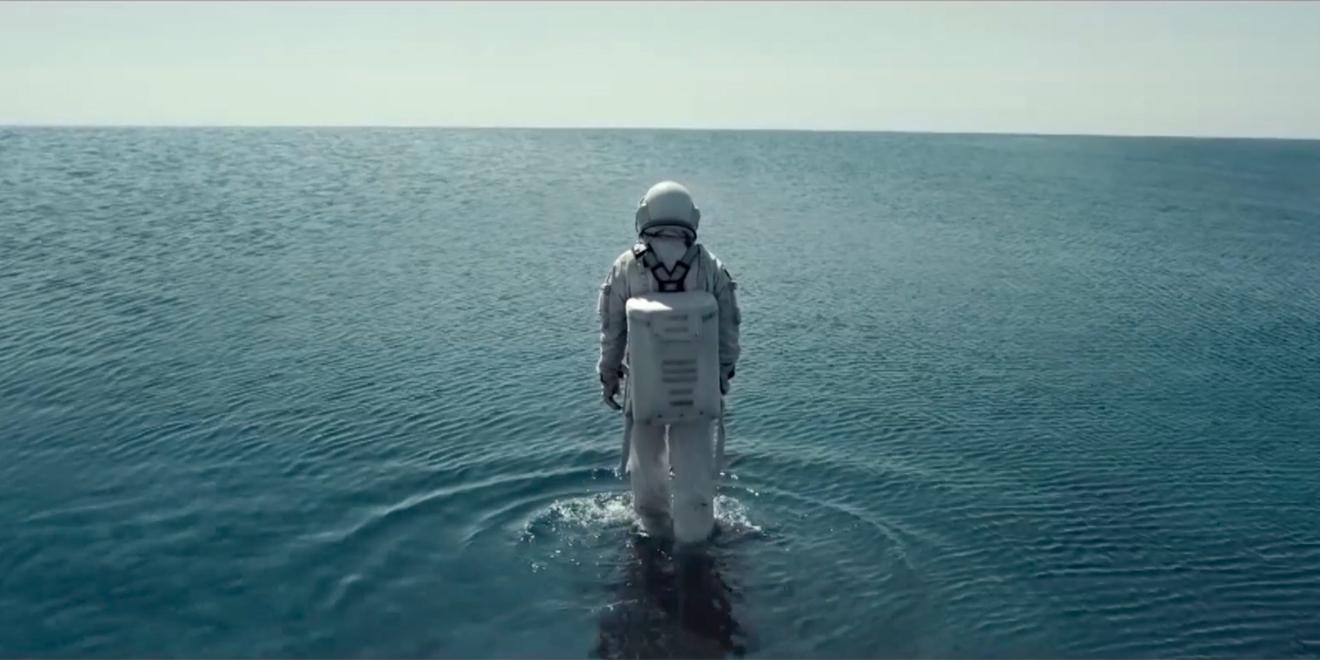 Astronaut explores water in Mercado Libre ad by Gut.